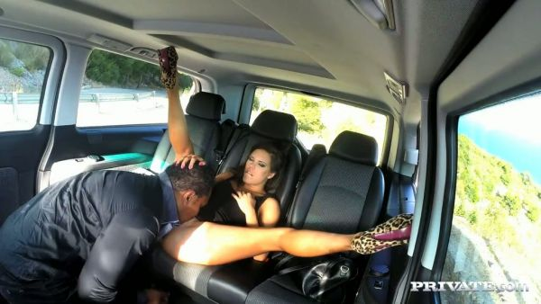 Hombre negro folla a su cachonda joven español de Gala Brown en su coche