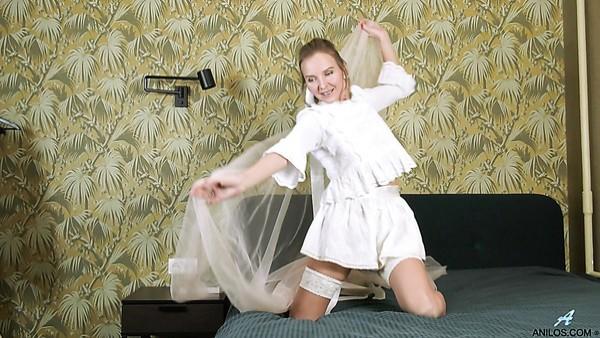 Iki luciendo como una novia ninfómana finalmente se desnuda para follarse con los dedos