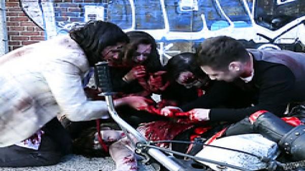 Incluso el apocalipsis zombie no puede hacer que estas lesbianas dejen de follar