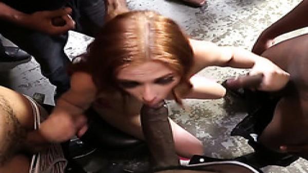 Interracial, oral, gangbang con la pelirroja Penny Pax termina con bukkake