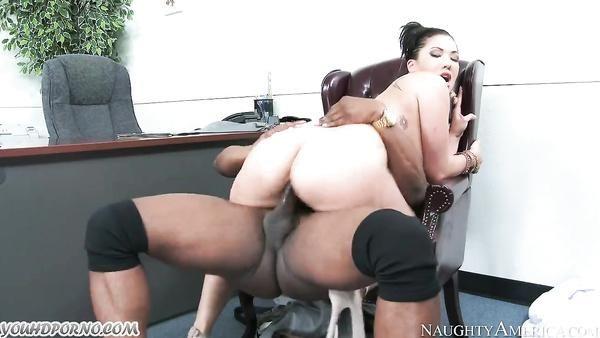 Interracial porno con descarada de asia y el poderoso Negro