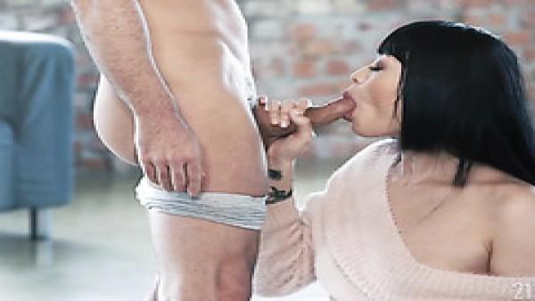 Japonesa Miyabi hace el amor con un blanco bien dotado