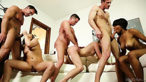 Jenna Foxx y sus amigas bootyful realmente disfrutan de las sesiones de sexo grupal