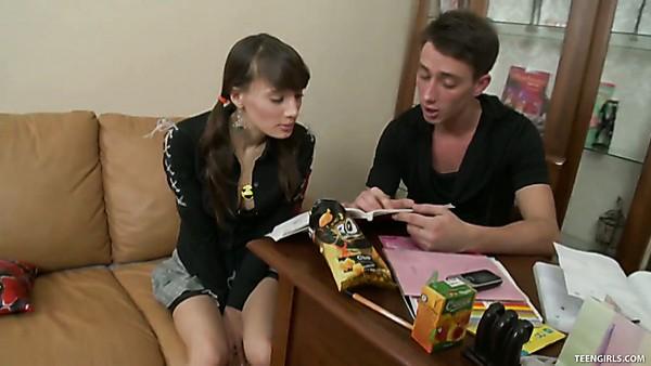 jovencita dulce Irina recibe todos los agujeros martillados con gran polla