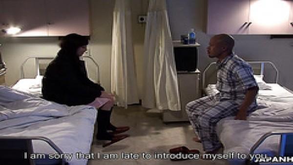 jovencita japonesa obsesionada con el sexo le hace una paja a un paciente en el hospital