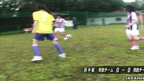 Jugadora de fútbol obtiene su coño asiático jugado por una falta