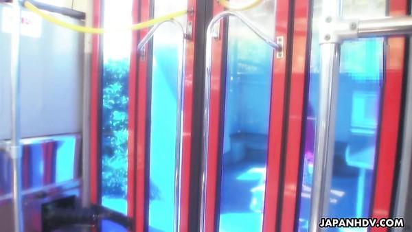 Kawaii bastante pechugona japonesa Aimi Nagano es follada en grupo en el autobús