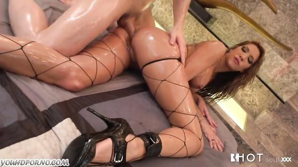 Kayla Carrera consigue su culo aceitado de arado
