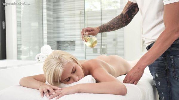 Kiara Cole recibe su cuerpo flaco tratados antes de sensual