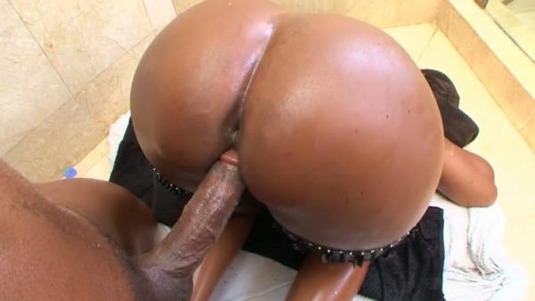 Kytiana sacude su culo de ébano gigante y lleva a la BBC a un baño