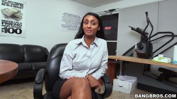 La afortunada chica de la oficina Arianna Knight teniendo sexo con donas repartidor