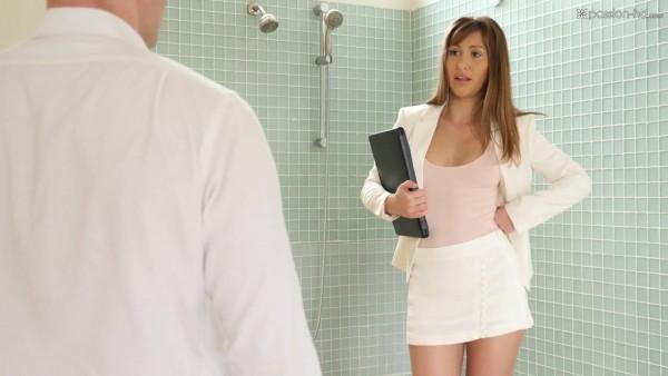 La agente inmobiliaria Paige Owens seduce al cliente con los pies