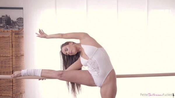 La bailarina flexible Mea Melone como sexo apasionado y acrobático