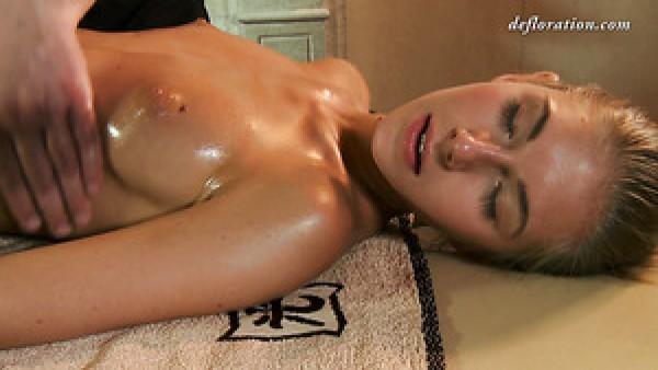 La bella chica Masha Roofkina desea experimentar un masaje erótico
