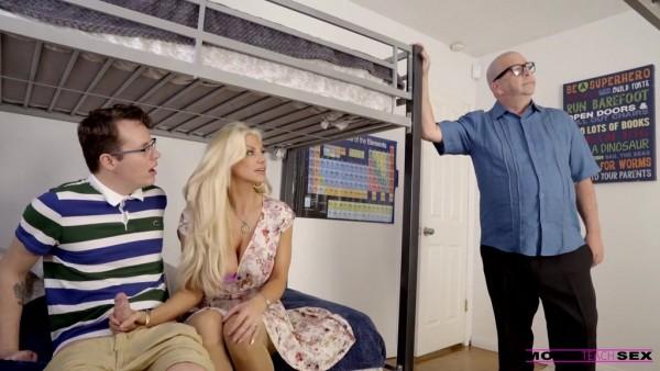La caliente mamá Brittany Andrews se folla al marido con su hijastro en POV