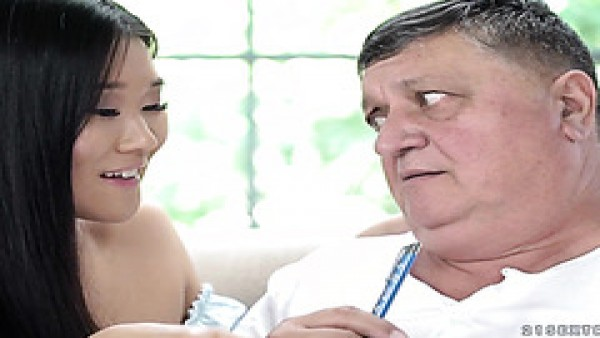 La coqueta jovencita asiática Katana seduce a un viejo gordo