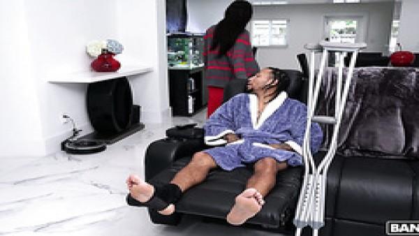 La descarada Aidra Fox cura a su novio negro herido con su coño