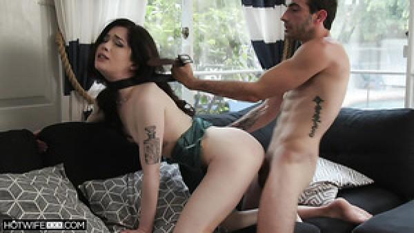La dulce sexy morena Evelyn Claire disfruta follando de lado después de dar mamada