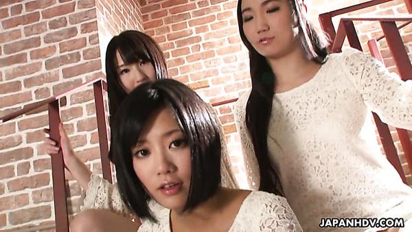 La encantadora japonesa Sanae Momoi y sus amigas sexy aman los juguetes sexuales