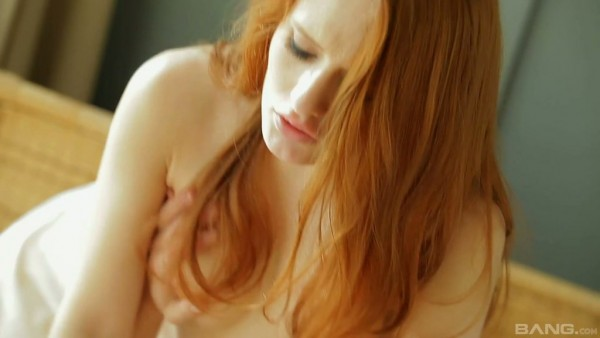 La encantadora pelirroja Chery si está llena de pasión durante el sexo matutino