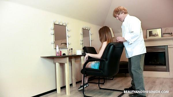 La esbelta belleza natural joven Lina Roselina proporciona a un hombre mayor un BJ