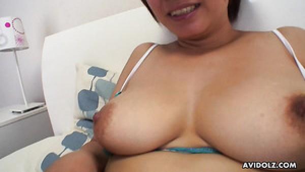 La feliz esposa de pelo corto Meguru Kosaka está lista para un cunnilingus