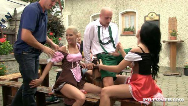 La fiesta se convierte en una locura orgía con tres checa las niñas