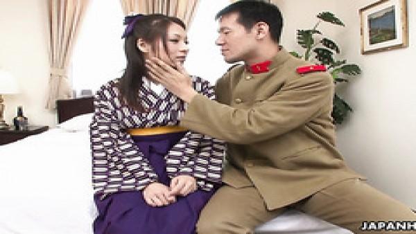 La geisha peluda Himeki Kaede presta servicios a un soldado valiente