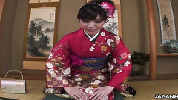 La geisha peluda Yuria Tominaga recibe el cunnilingus del cliente