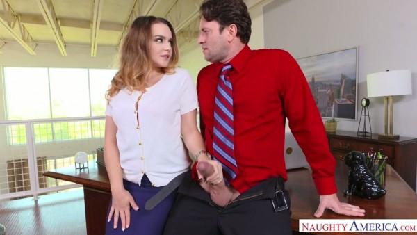 La jefa Natasha Nice atrapa a un chico viendo porno en el trabajo y se lo folla