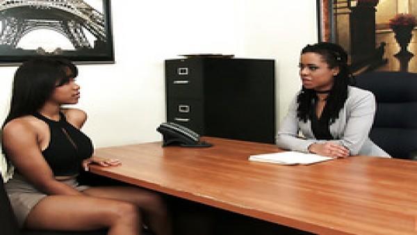 La jefa negra Kira Noir contrata a una asistente personal Jenna Foxx para su coño ocupado
