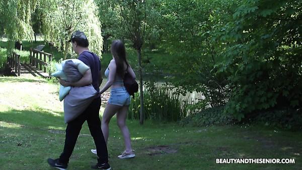 La jovencita demasiado traviesa Lina Mercury le da a un hombre mayor un 69 BJ en el césped