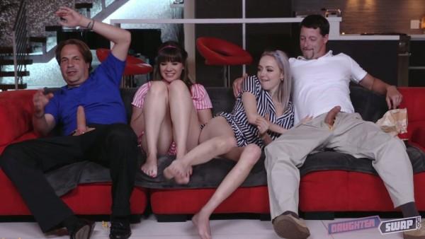 La linda Leigh Rose y Alison Rey tienen un cuarteto con padrastros en una noche de cine