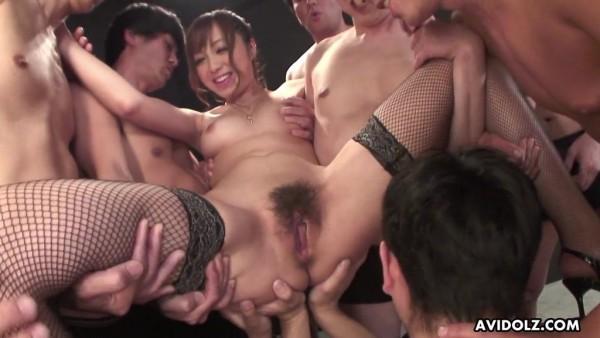 La peluda japonesa Anri Hoshizaki es atacada por una pandilla de pequeñas salchichas