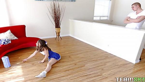 La pequeña animadora Cassidy Klein es follada por su hermanastro