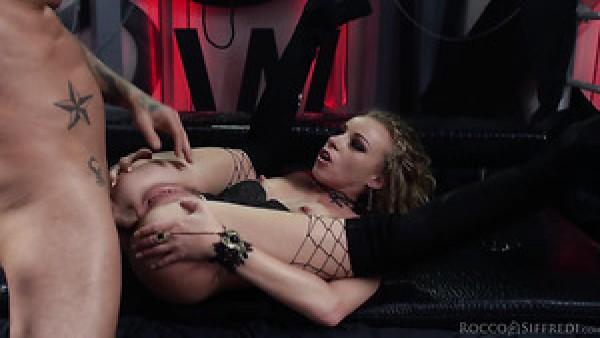 La perra francesa rizada Angel Emily está loca por el sexo anal perrito hardcore