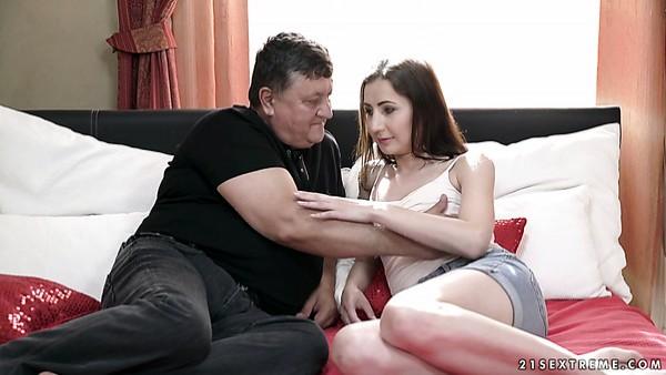 La pervertida rusa Linda Love se desnuda y cabalga una vieja pero dorada polla