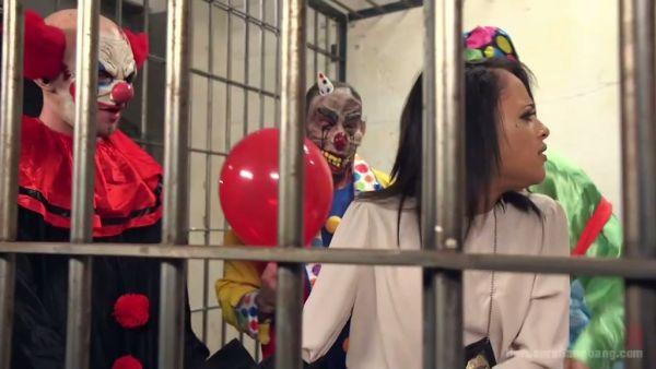 La policía de pollo Holly Hendrix sobrevive extraño y, sin embargo, hilarante gangbang por los payasos malvados en la cárcel