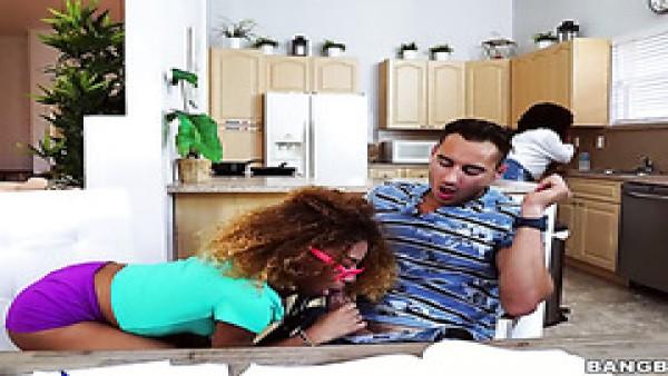 La puta negra Kendall Woods seduce a otro tutor para fastidiar a una madre estricta