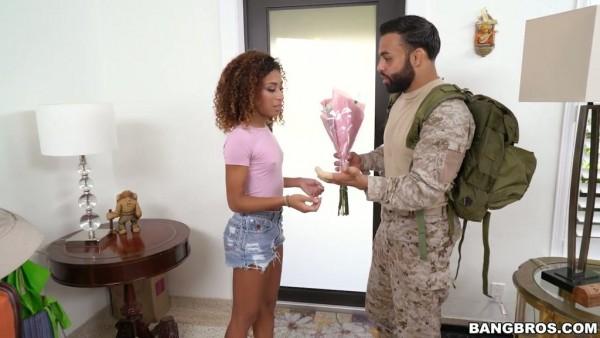 La rizada diva de ébano Kendall Woods agradece a un soldado por servir al país
