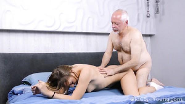 La rusa Daniella Margot, naturalmente atrapada, le da mamada a un viejo pervertido