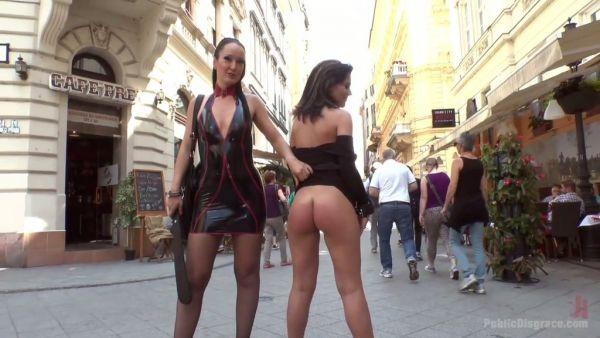 La señora y su sumisa chica haciendo desagradable BDSM cosas en público