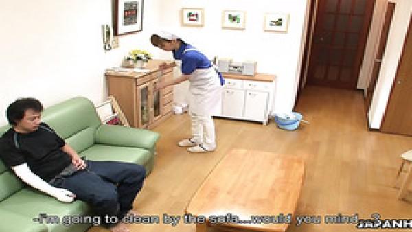 La señora de la limpieza asiática Yukari Toudou es seducida por un cliente pervertido