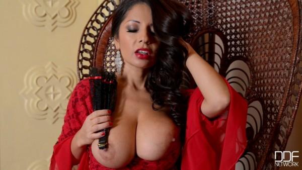 La señorita española Susana Alcalá encanta con sus grandes pechos