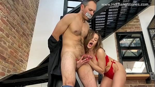 La sirvienta domina ferozmente a su jefe