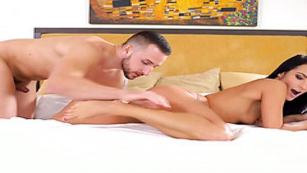 La tentadora morena Lexi Dona atrae a su novio fuera de la ducha a la cama