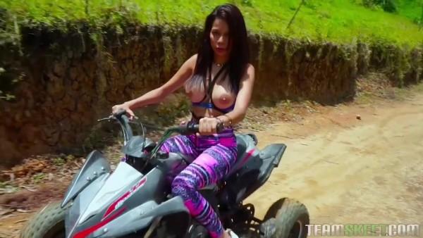 La tetona colombiana Mila García monta la polla después de un quad