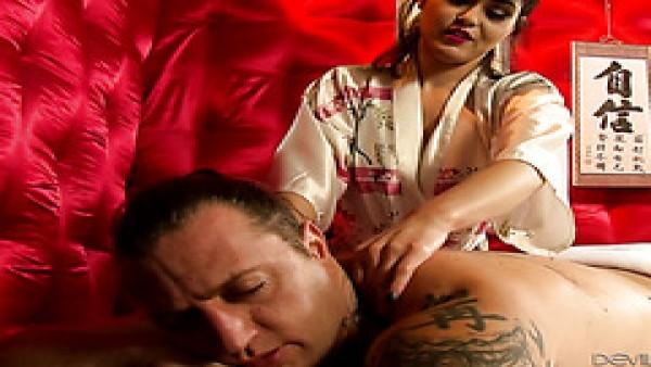 La traviesa masajista Audrey Noir hace una paja húmeda y se folla a su cliente