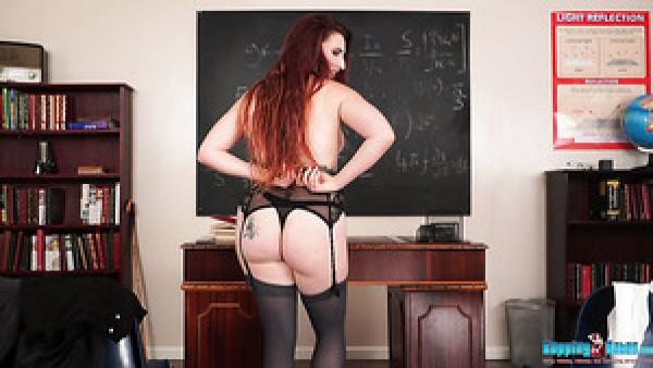 La traviesa profesora de pelirrojas Ivory es en realidad una reina del striptease