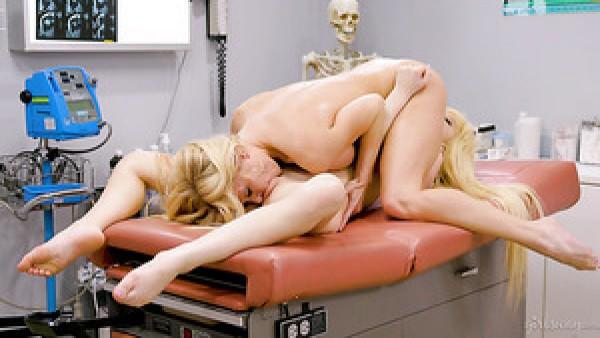 La verificación del coño termina con una tijera lésbica para la rubia cachonda Serene Siren